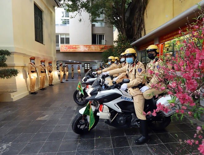 Hanoi police deploy forces to ensure traffic order in post-Tet time.