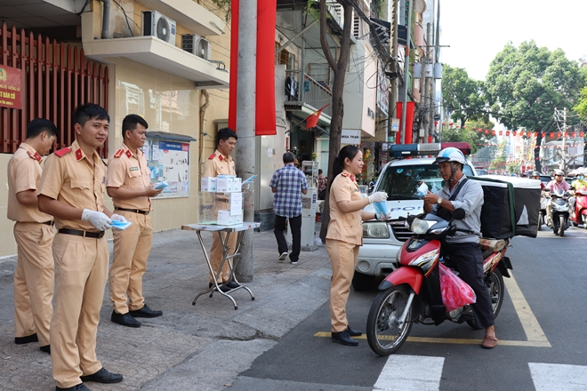 The Ho Chi Minh city police offer free medical facemasks to local people.