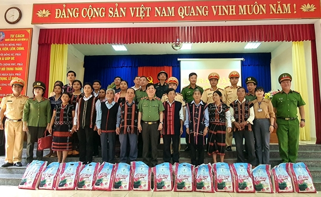 Deputy Minister Nguyen Van Son and the delegation provide necessities for people in Hoa Phu commune (Hoa Vang district).