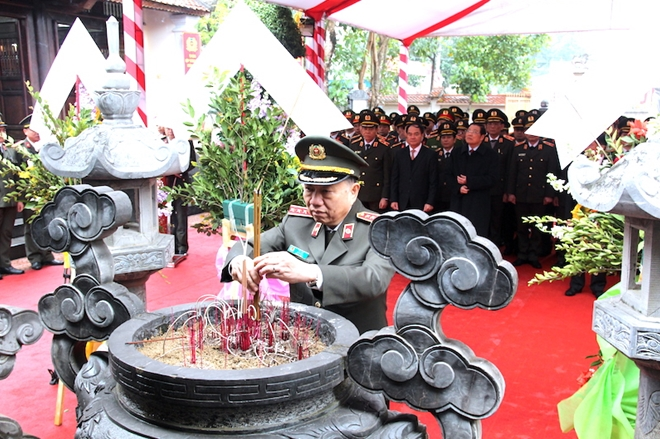 Minister To Lam and the delegation held offer flowers and incense at the memorial house of Comrade Tran Quoc Hoan.