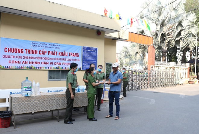 The district police forces offer free medical facemasks to the locals.