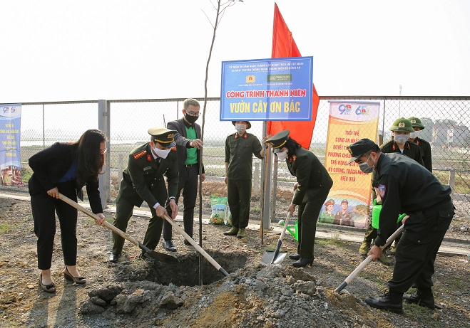 Delegates plant trees and attach the signboard to the garden in dedication to President Ho Chi Minh.