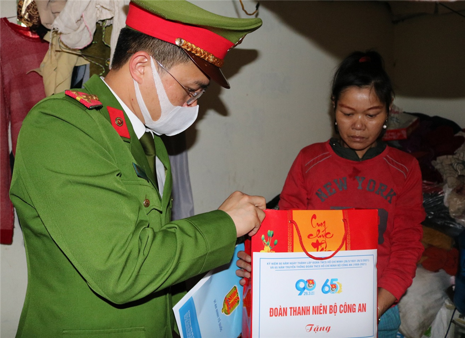 Delegates visit and offer gifts to needy people and the communal police in Dai Yen commune.