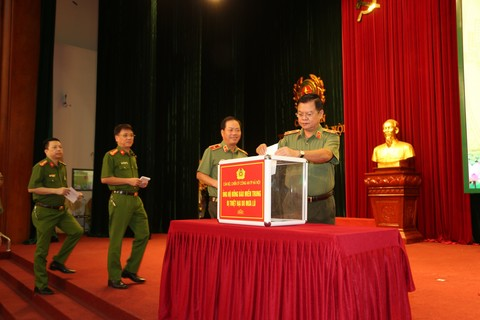 The Hanoi municipal police organize fundraising events for flooding victims.