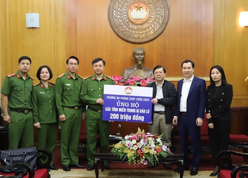 The University of Fire Prevention and Fighting present VND 200 million to the Central Committee of the Vietnam Fatherland Front to support the people affected by floods and storms in Central region.