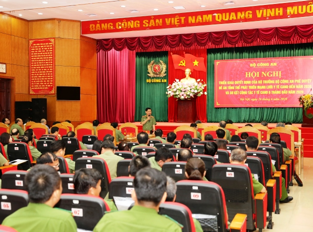 Deputy Minister Nguyen Van Son chairs a discussion session.