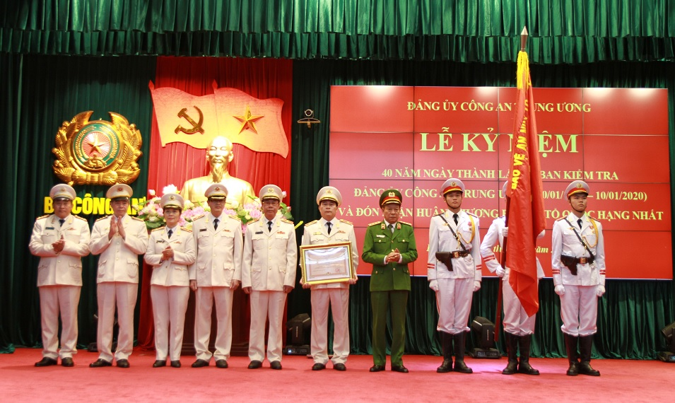 Under the authority of the State President, Deputy Minister Le Quy Vuong awarded the First-Class Fatherland Protection Order to the PSCPC's Inspection Commission.