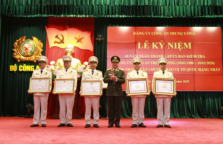 Under the authority of the State President, Deputy Minister Nguyen Van Thanh awards the Third-class Military Exploit Order, First-class and Second-class Fatherland Protection Orders to outstanding individuals at the event.