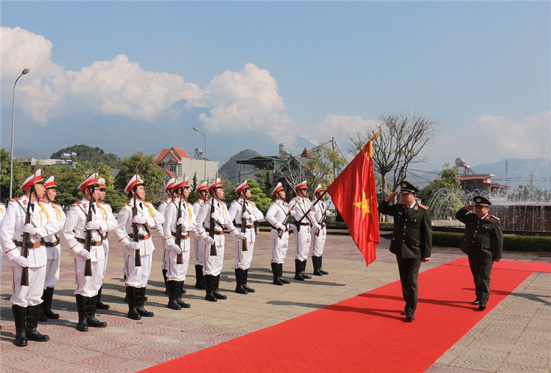 Minister To Lam inspects the Guard of Honor.