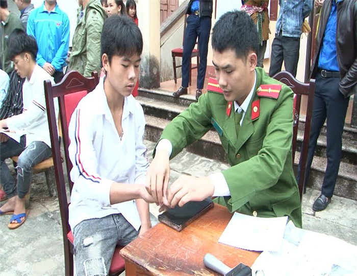The Bac Ha district police officers issue ID cards for local citizens in Coc Ly commune.