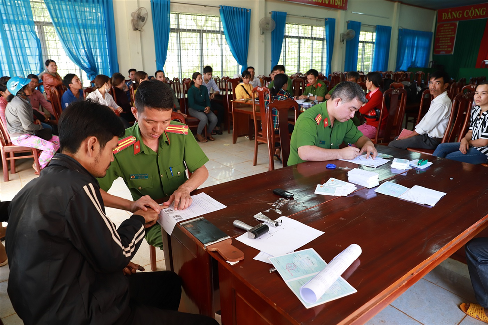 Police officers complete procedures for issuance of ID cards to local people of Quang Tan.