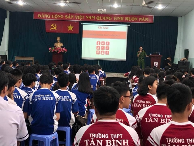 Youths of the Ho Chi Minh Municipal Police conduct a program to popularize laws and crime prevention to high school students.