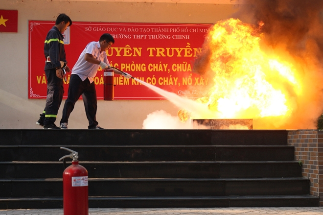 Youths of the Ho Chi Minh Municipal Police provide high school students with knowledge of fire prevention and fighting.