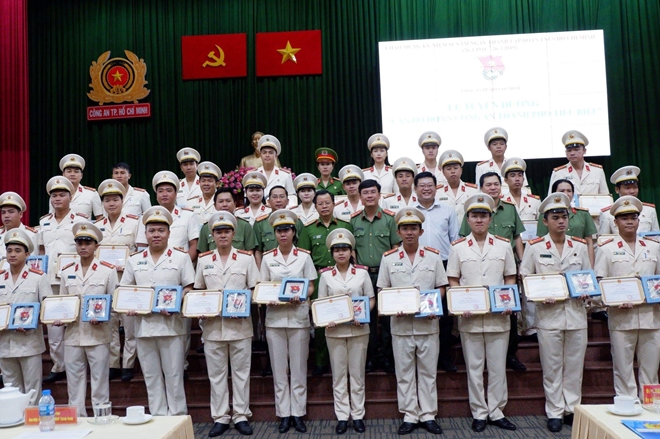 The Youth Union chapter of the Ho Chi Minh Municipal Police praises its members with outstanding achievements.