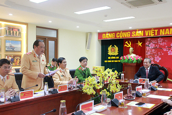Lieutenant General Vu Do Anh Dung delivers a report at the meeting.
