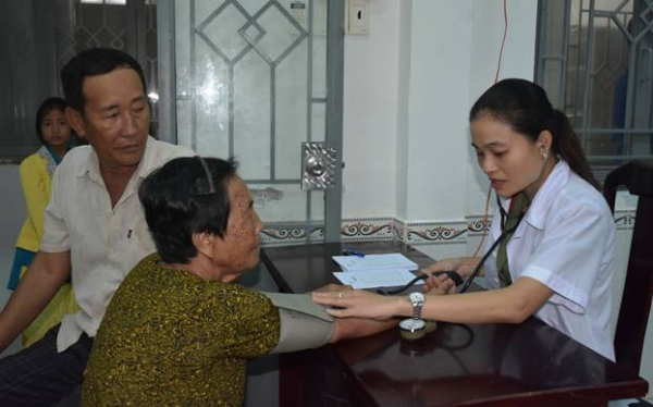 Doctors from the Infirmary of the Provincial Police offer free health check-ups and medicines to local people in Vinh Thinh.