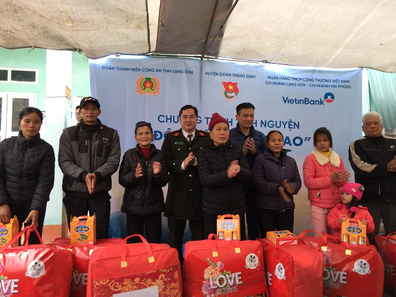 Members of the voluntary team present gifts to needy people.