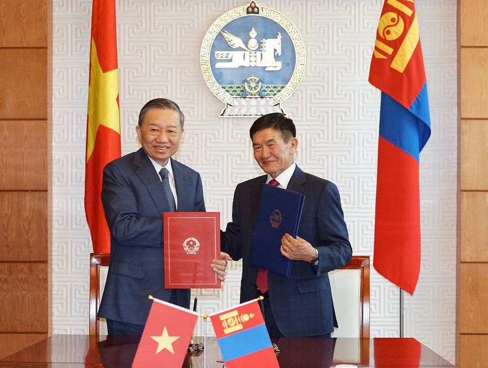 Under the authorization of the Vietnamese President and the Mongolian President, Minister To Lam and Minister Tsend Nyamdorj sign the Treaty on Extradition between Vietnam and Mongolia.