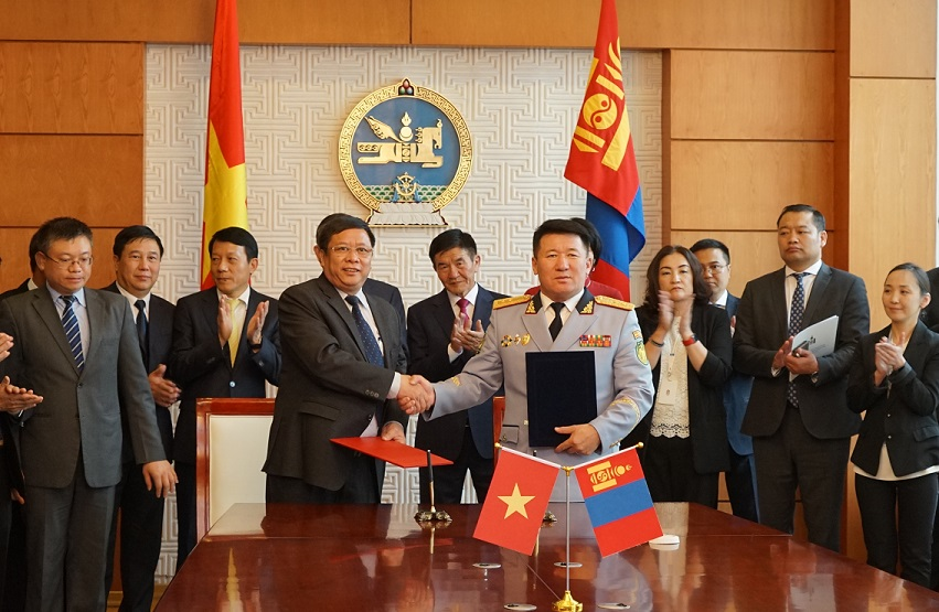 Minister To Lam and Minister Tsend Nyamdorj witness the signing ceremony the Memorandum of Understanding between the People's Security Academy of Vietnam and the Interior University of Mongolia.