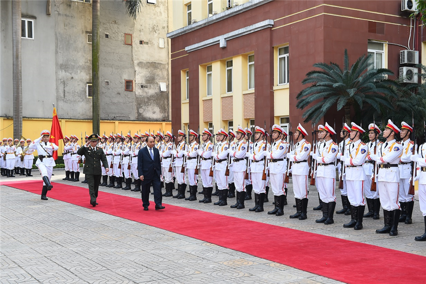 Prime Minister Nguyen Xuan Phuc inspects the Guard of Honor.