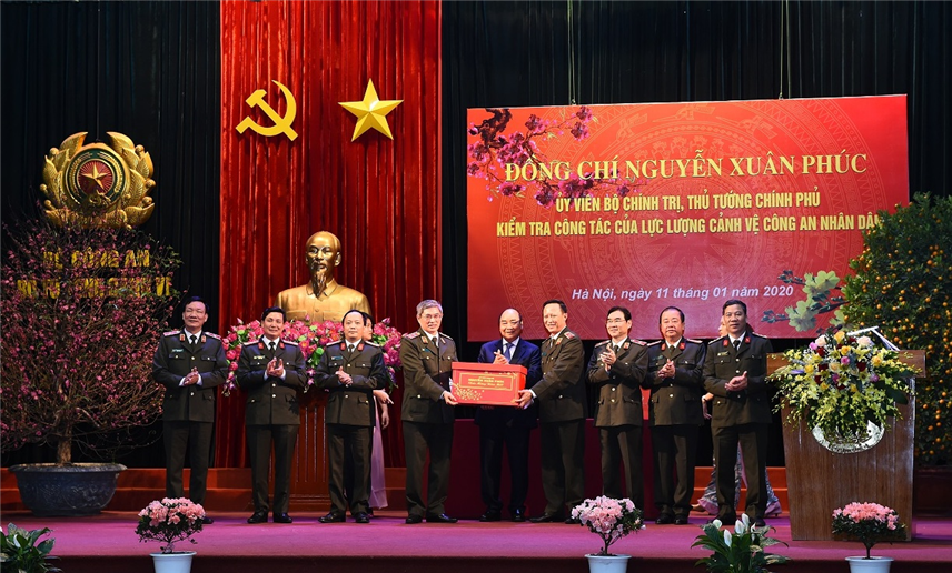 Prime Minister Nguyen Xuan Phuc presents gifts to the Guard Police High Command.