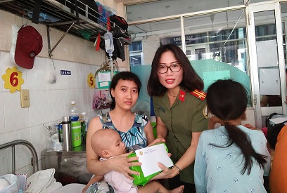 Leaders of the Tan Son Nhat International Airport Police Station kindly inquire after and present gifts to child patients.
