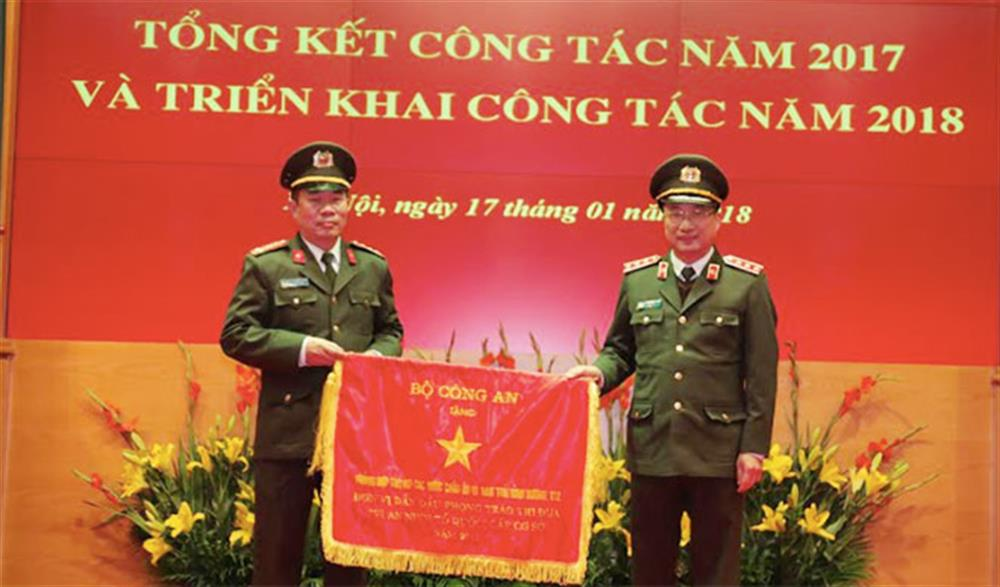 Senior Lieutenant General Thanh presenting the emulation flag of the ministry to the Department of Foreign Affairs.