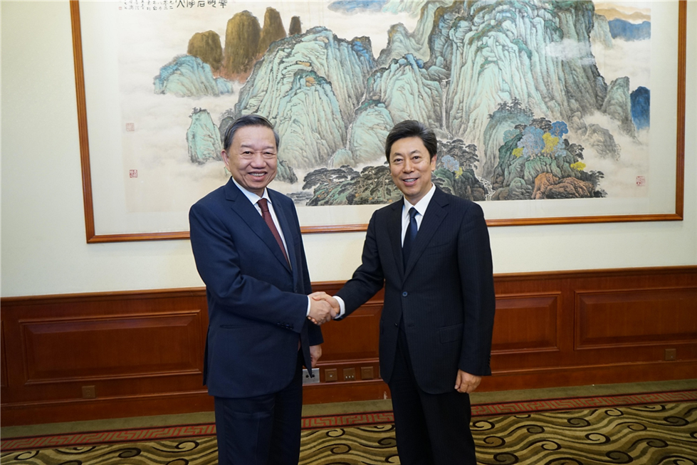Minister To Lam and the high-ranking delegation of the MPS hold talk with Chinese Minister of State Security Chen Wenqing.