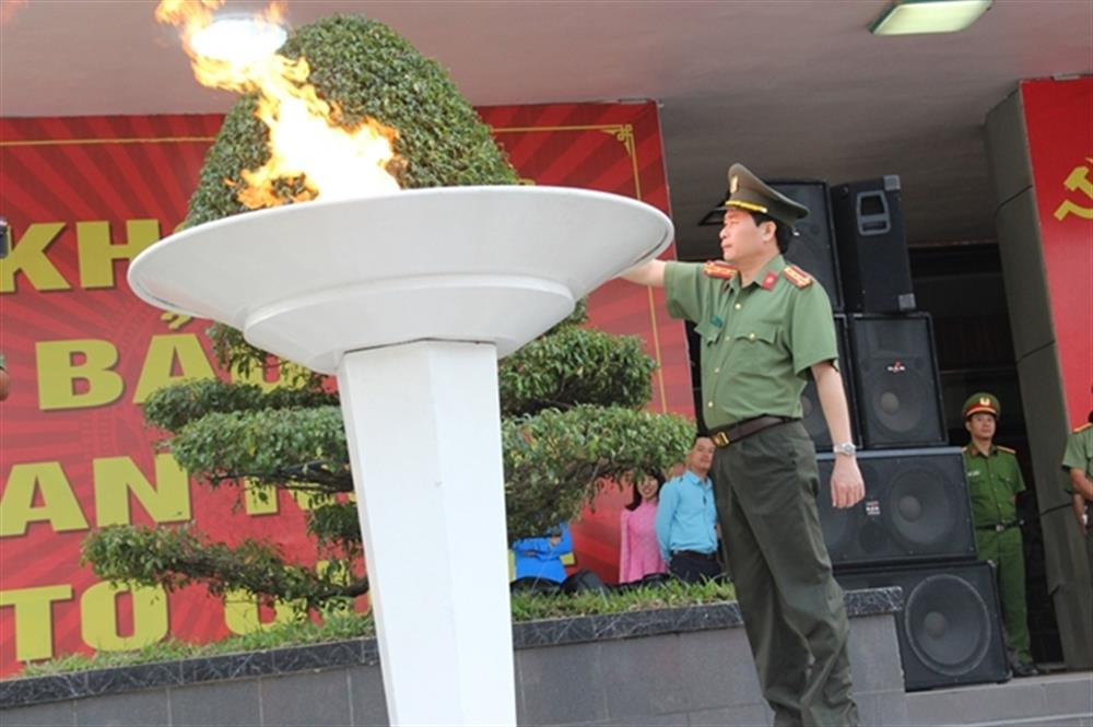 Senior Colonel Le Van Vu, Deputy Director of the Thua Thien – Hue Provincial Police lights the torch at the opening ceremony.