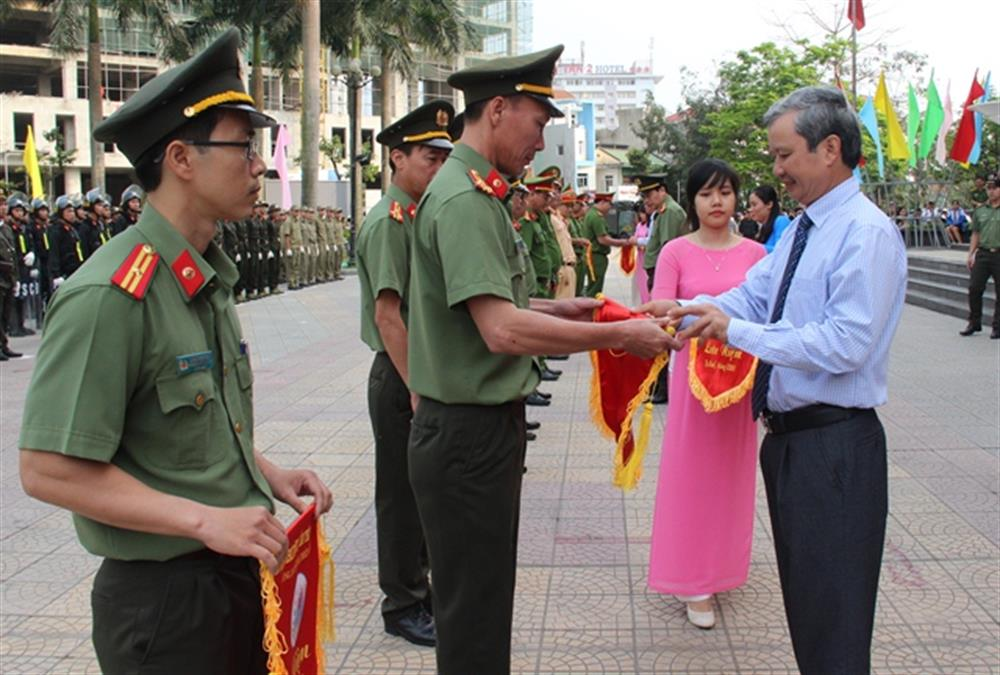 Mr. Le Truong Luu, presents souvenir flags to representatives of the participating units.