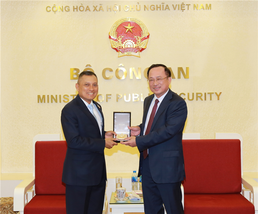 Deputy Minister Nguyen Van Thanh presents souvenirs to General Wirachai Songmetta.