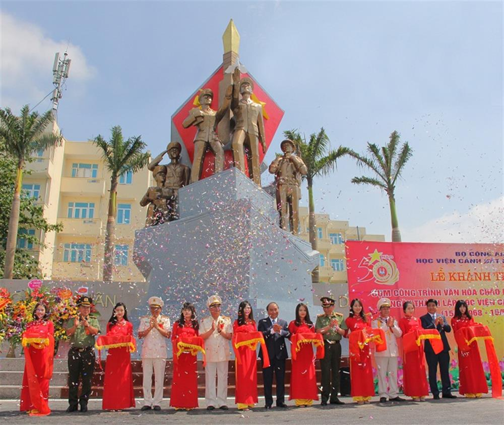 "Prime Minister Nguyen Xuan Phuc; Minister To Lam and other delegates cut the ribbon to inaugurate the cultural work of ""Truyen thong Anh hung"" (Heroic Tradition) located in Ho Chi Minh Square of the PPA."
