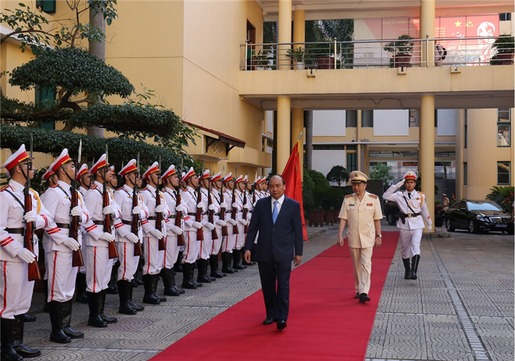 PM Nguyen XuanPhuc and Minister Lam review the guard of honor.