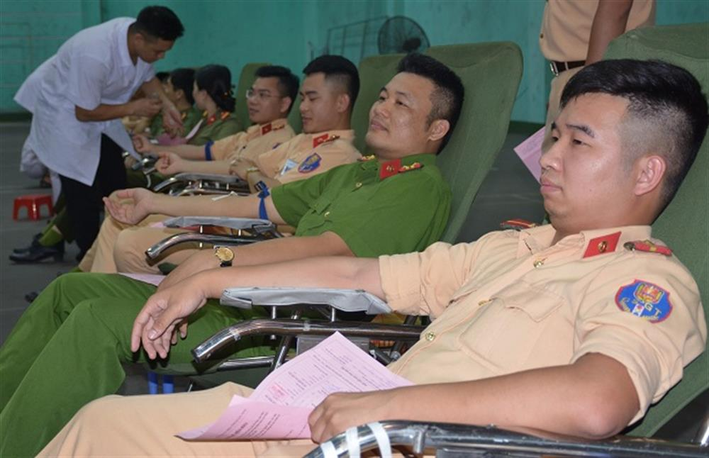 Police officers and soldiers of Quang Ninh join the blood donation day.