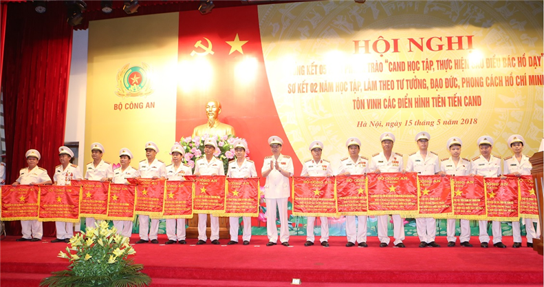 "Minister To Lam presents the ""Emulation"" Flag of the Ministry of Public Security"" to 15 teams with outstanding achievements in the movements."