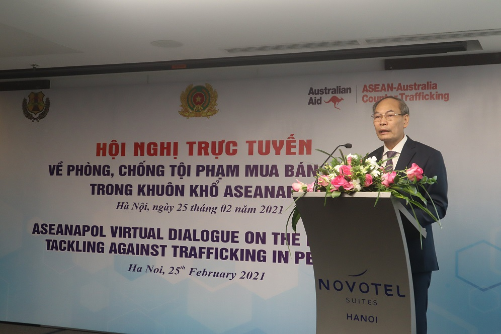 Major General Do Van Hoanh speaks at the event.