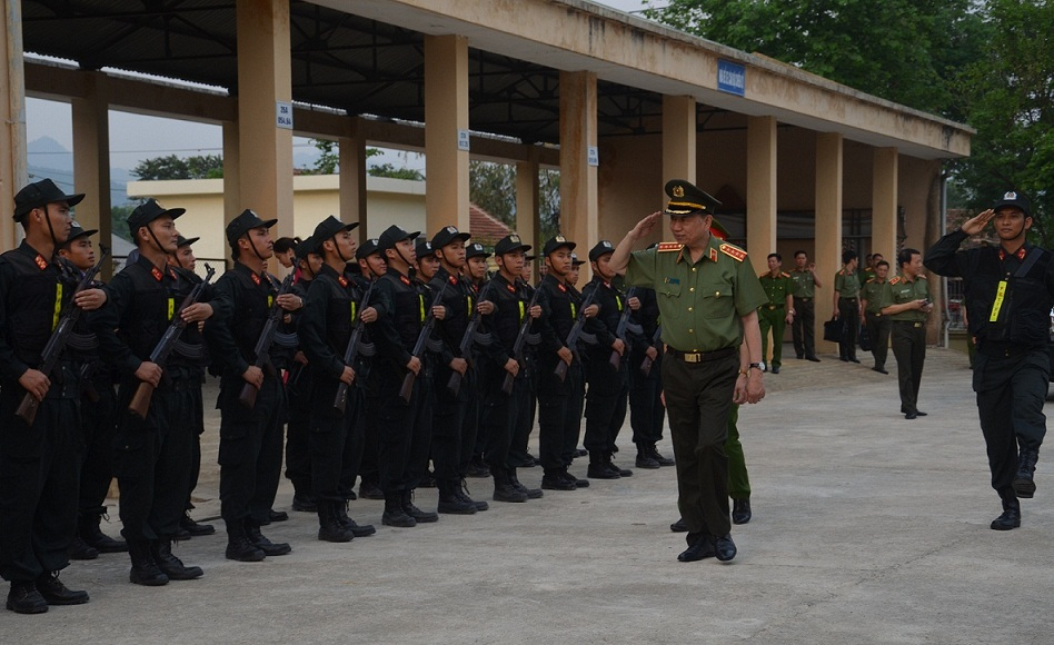 Minister To Lam reviews the Guard of Honor of the North-western Mobile Police Battalion.