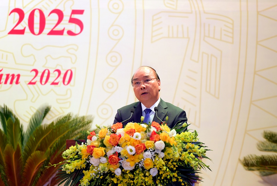 PM Nguyen Xuan Phuc speaks at the meeting.