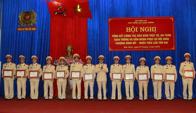 Lieutenant General Vu Do Anh Dung presents Certificates of Merit awarded by the Department to various individuals and collectives.