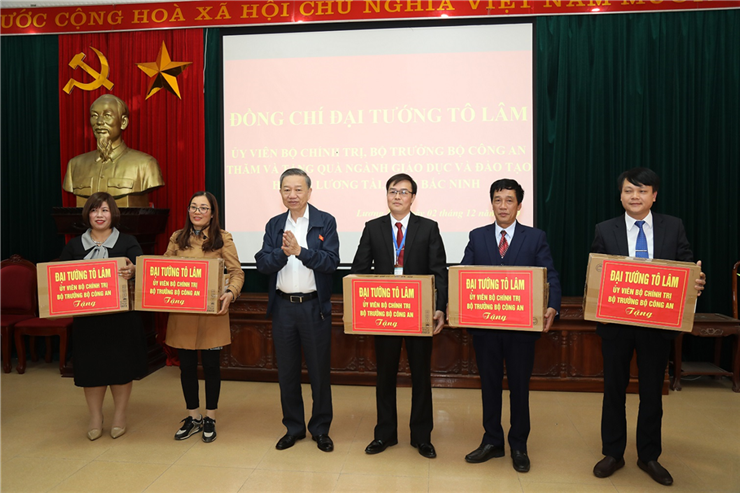 Minister To Lam presents 20 computers to 5 junior high schools in Luong Tai district.