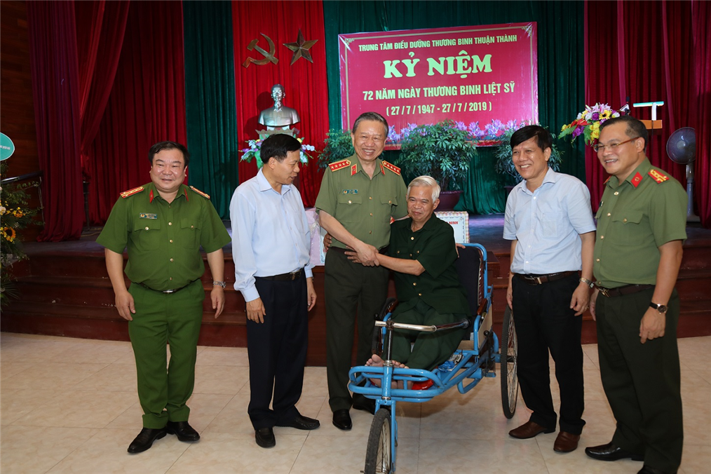 Representatives of the wounded soldiers receive the gift from the Ministry of Public Security.