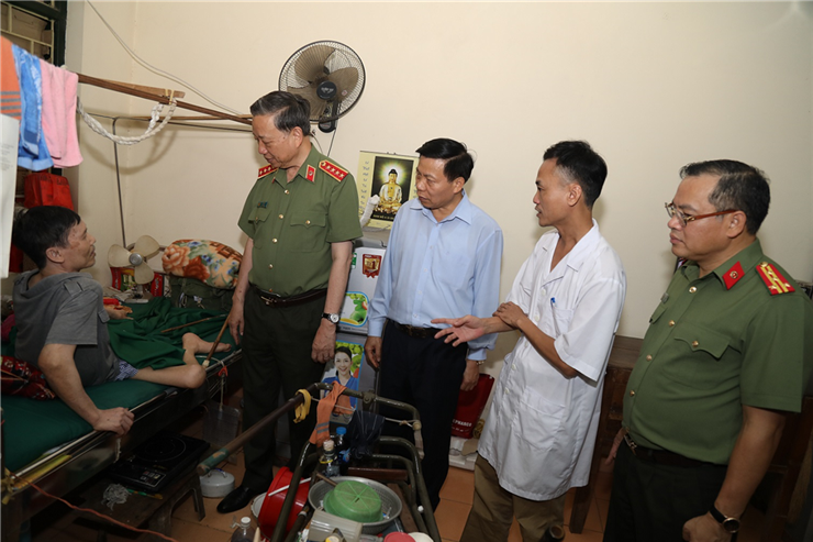 Minister To Lam inquires after seriously wounded soldiers.