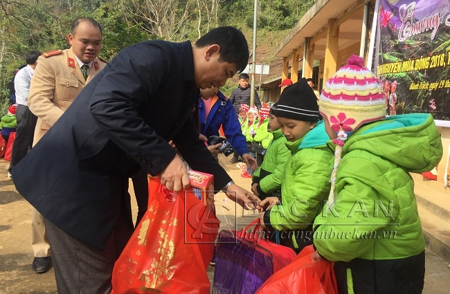 Senior Colonel Duong Van Tinh, Director of the Bac Kan Provincial Police Department, presents gifts to children in Na Coi.