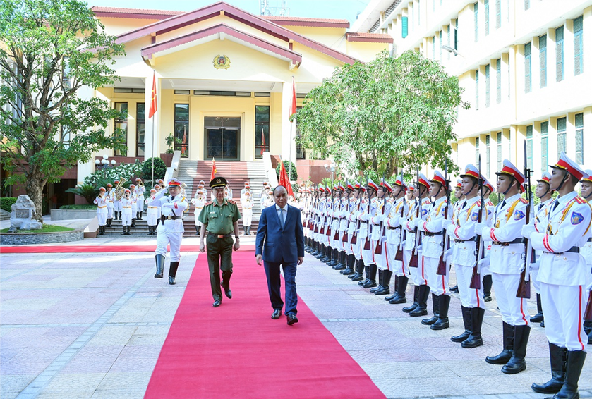 PM Nguyen Xuan Phuc reviews the Guard of Honor of the Public Security Forces.