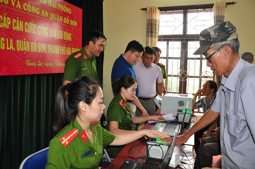 Officers of the Police Office of Administrative Management on Social Order come to Bang La ward, Do Son District to issue citizen identification papers to local people.