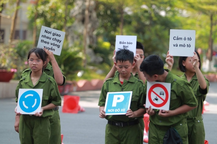 Young trainees learn traffic signs.