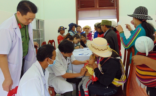 Public security doctors provide free health checkups for ethnic minority people in Quang Nam.