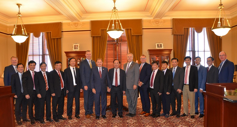 Deputy Minister Nguyen Van Thanh works with Utah's Governor, Gery Herbert.