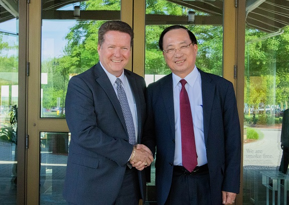 Deputy Minister Nguyen Van Thanh and Mr. David Hunt, Vice Chairman and Director General of ETS.
