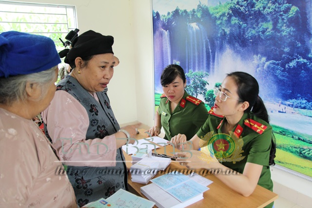 Police officers issue ID cards to local people in Chu Trinh commune.